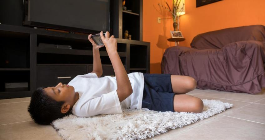 Quick ways to help your child control their mobile phone addiction